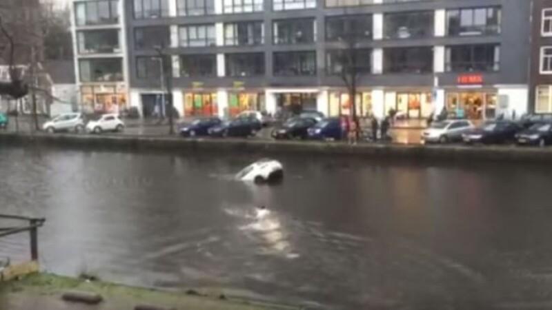 Scene dramatice surprinse in centrul Amsterdamului. Ce s-a intamplat dupa ce o femeie a ajuns cu masina intr-un canal