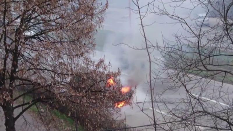 Panica intr-un cartier din Galati, dupa ce o masina cu instalatie GPL a luat foc. Pompierii au inceput o ancheta