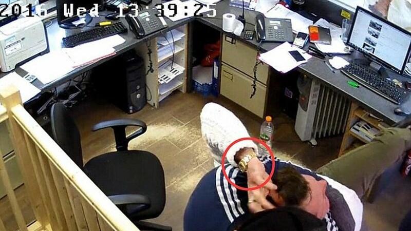 Camerele au surprins momentul in care un londonez este batut si jefuit chiar in biroul sau. Politia ii cauta pe faptasi