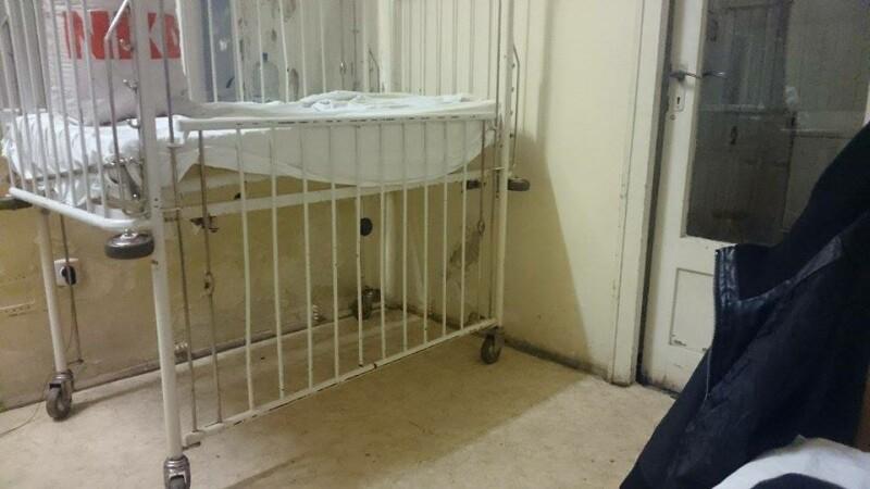 Imaginile greu de privit din sectia de pediatrie a unui spital din Romania. Copiii sunt tratati in mizerie, rugina si igrasie