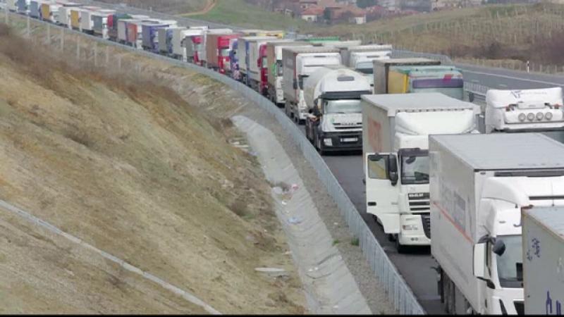 TIR-istii din Romania, victime colaterale ale protestelor din Grecia. Sute de soferi, blocati la granita, fara mancare si apa