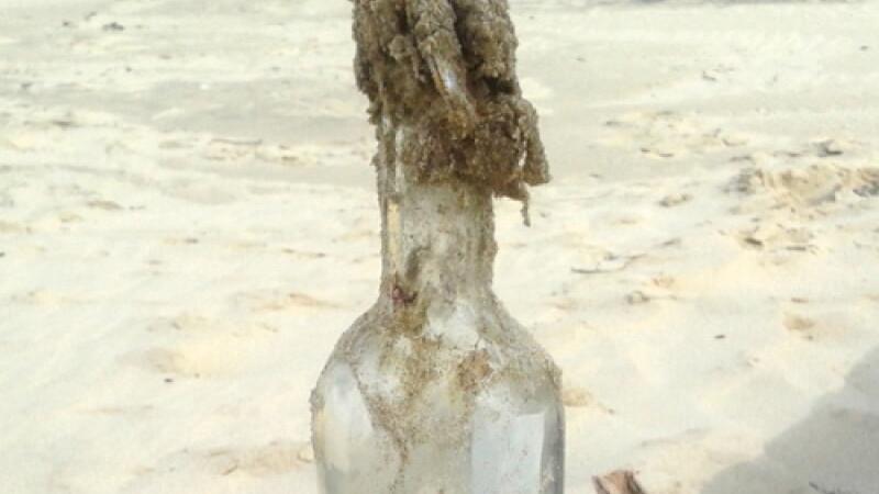 O sticla aruncata in Oceanul Atlantic, la New York, a fost gasita pe o plaja din Franta. In cat timp a ajuns in Europa