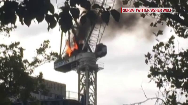 O macara a luat foc si s-a prabusit pe santierul unei cladiri de 12 etaje. Momentul care a semanat panica, surprins de camere
