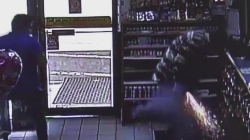 O tigara electronica i-a explodat in buzunar unui barbat, intr-un magazin. Camerele de supraveghere au filmat totul