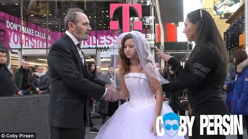 Revolta in centrul New York-ului cand si-au facut aparitia doi miri. Ce i-a scos din sarite pe trecatori. VIDEO