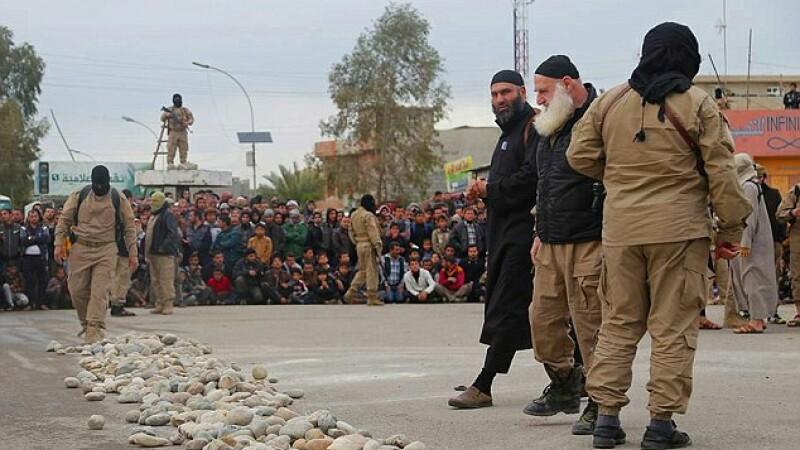 Doua adolescente acuzate de adulter au fost ucise in public de ISIS. Este surprinzator ce au patit partenerii lor