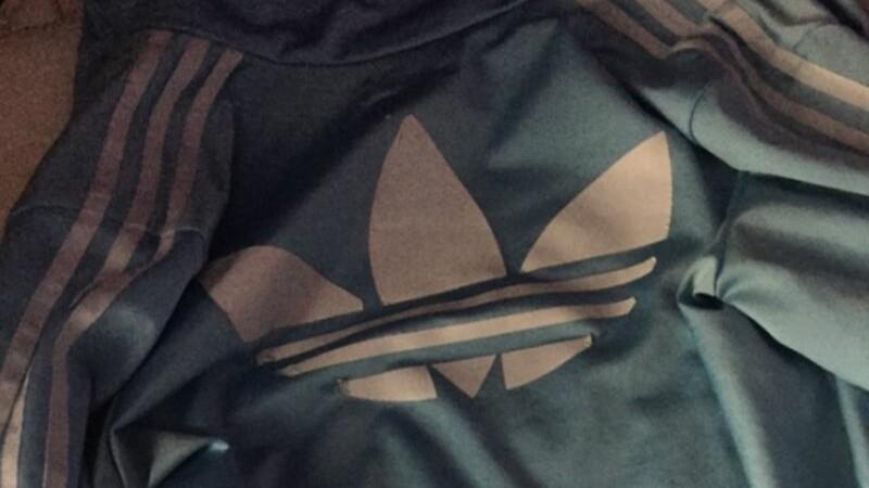 Ce culoare are aceasta jacheta sport? De ce multi o vad alb cu albastru, in timp ce altii cred ca e neagra cu maro