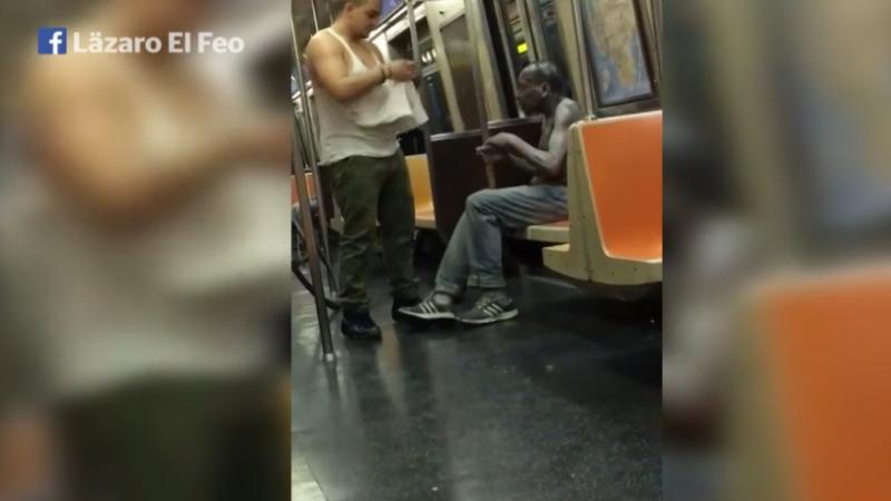 A vazut un om al strazii care tremura de frig in metrou. Gestul acestui tanar a impresionat sute de mii de oameni: VIDEO