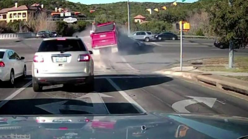 Accident violent in SUA. Momentul in care o basculanta intra cu viteza intr-o intersectie aglomerata