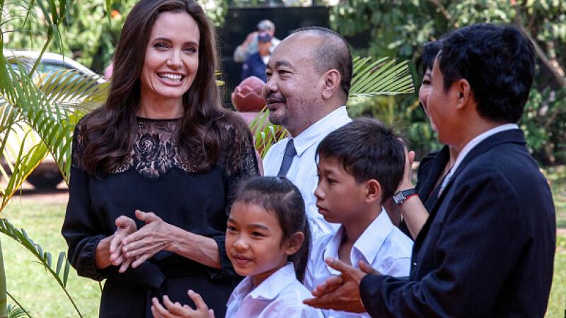 Angelina Jolie a mancat greieri si tarantule cu copiii ei, in Cambodgia.