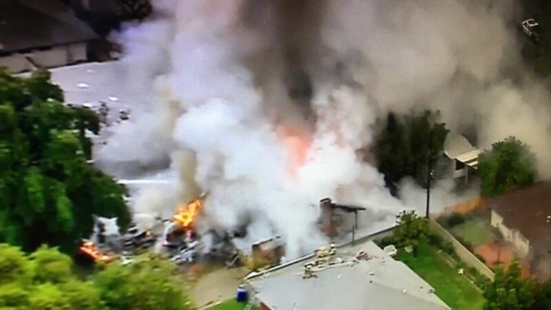 Un avion de mici dimensiuni s-a prabusit peste doua case, in SUA. Patru persoane au murit, iar doua au fost ranite. VIDEO