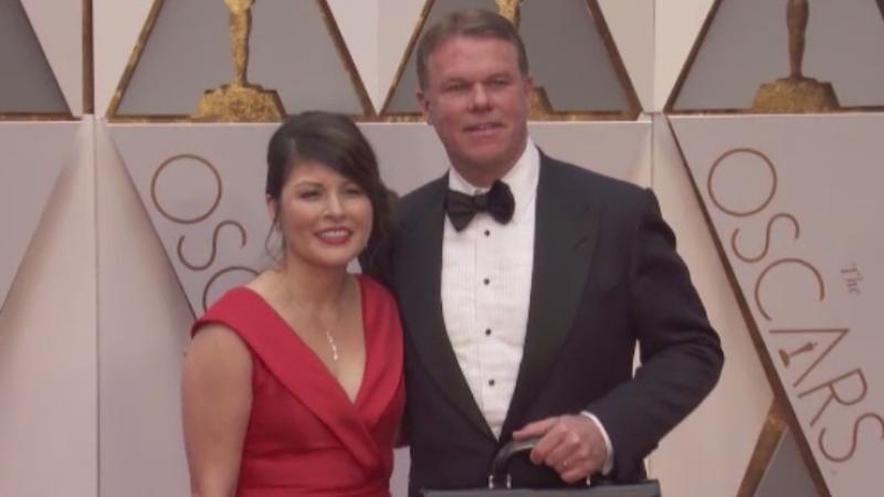 S-a gasit vinovatul pentru gafa uriasa de la Oscaruri. Ce facea in timp ce inmana plicurile vedetelor pe scena