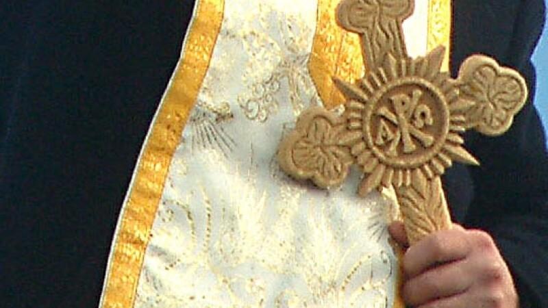 Bebelus mort in timpul botezului. Parintii acuza preotul de neglijenta
