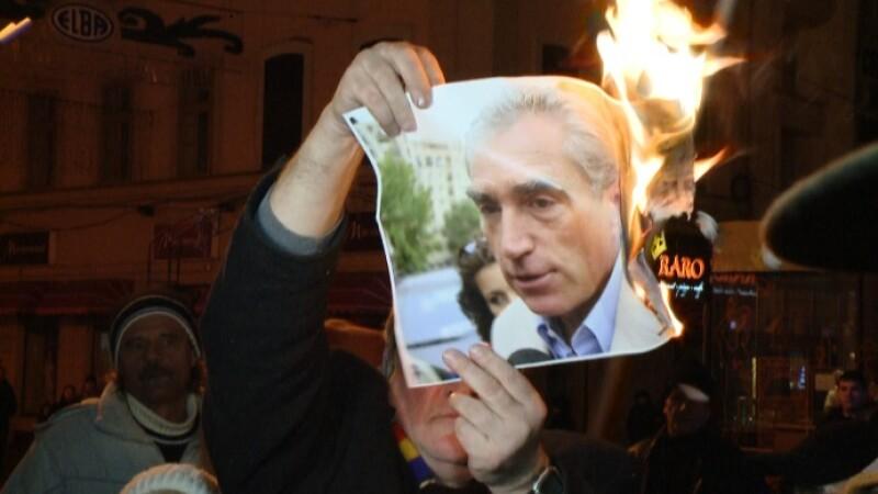 A zecea zi de proteste, incheiata. S-au ars fotografii si s-au scandat lozinci impotriva puterii