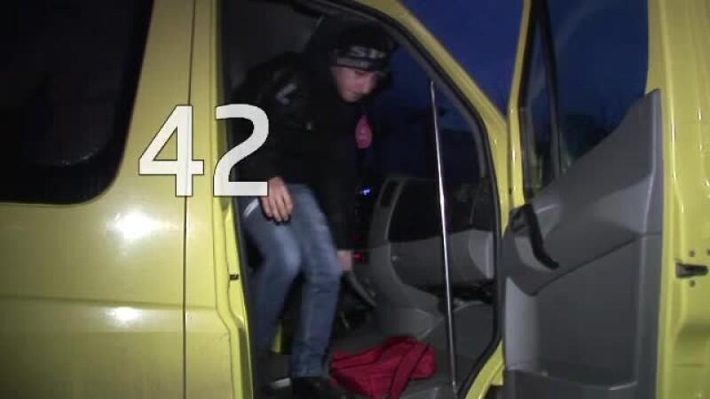 Povestea celor 43 de copii care zilnic se inghesuie intr-un microbuz ca sa ajunga la scoala. VIDEO