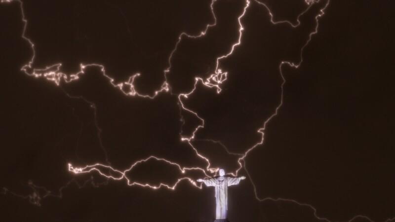 Simbolul orasului Rio de Janeiro, statuia lui Iisus, a intrat in reparatii dupa ce a fost lovita de fulgere