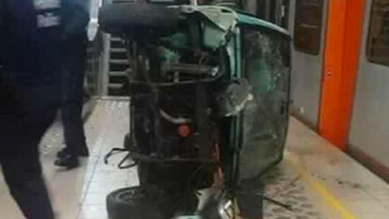 Panica la metroul din Bruxelles. Ce s-a intamplat dupa ce mai multi tineri au impins o masina pe scarile unei statii. VIDEO