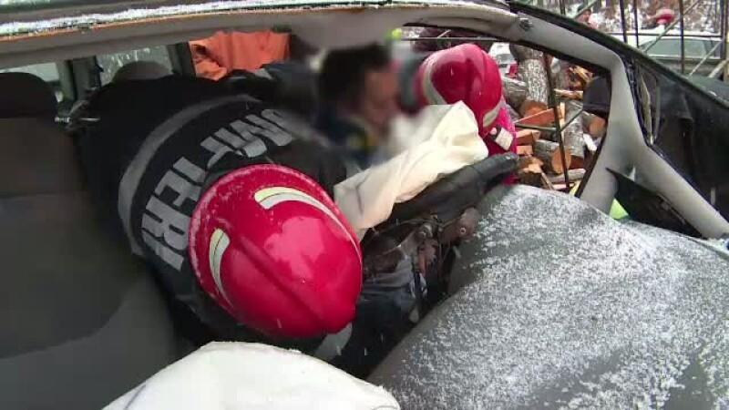 Un cantaret de muzica populara, implicat intr-un grav accident de circulatie. Artistul conducea o masina special adaptata