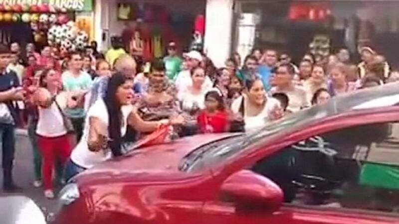 Furioasa ca si-a surprins sotul cu amanta in masina, o femeie a oprit traficul. Ce a urmat e un adevarat circ