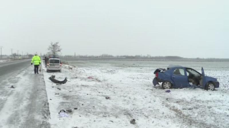 Accidente mortale din cauza zapezii, pe soselele din Romania. Un barbat a scapat pentru ca a coborat la timp din masina