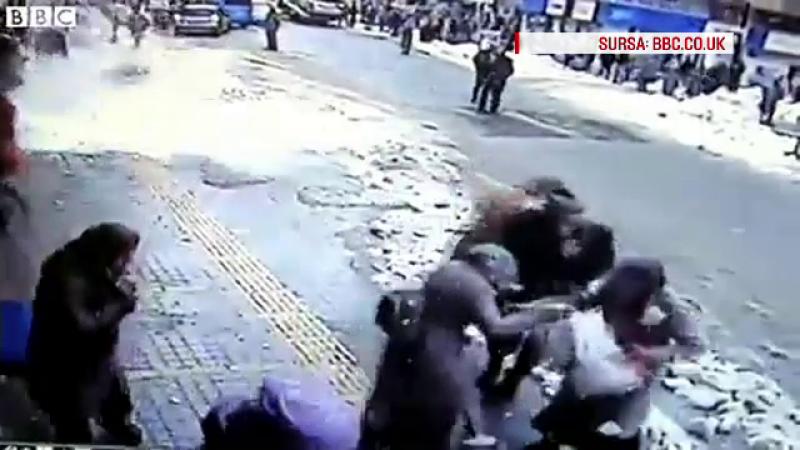 """""""Avalansa"""" intr-un oras din Turcia. Momentul in care zapada de pe acoperisul unei moschei a cazut peste trecatori. VIDEO"""