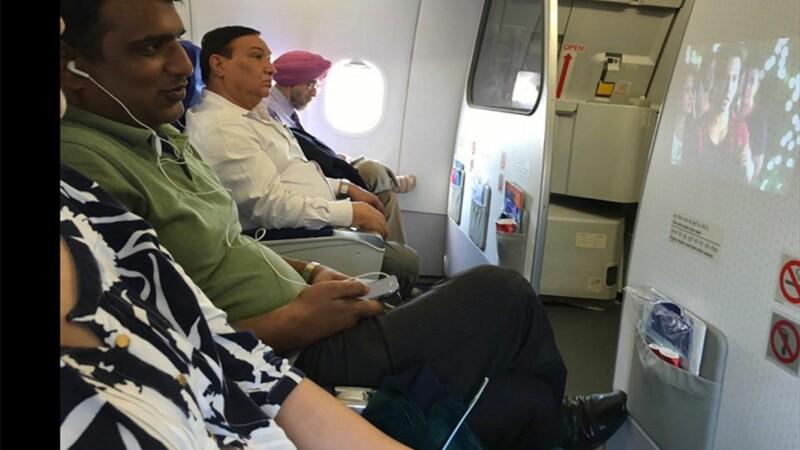 Reactia unei actrite cand a vazut un pasager din avion ca urmareste un film piratat. Poza a ajuns pe Facebook. FOTO