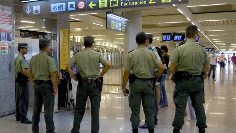 Un roman a incercat sa deschida, in zbor, usa unui avion de pasageri, in Spania. A fost retinut de Garda Civila pe aeroport