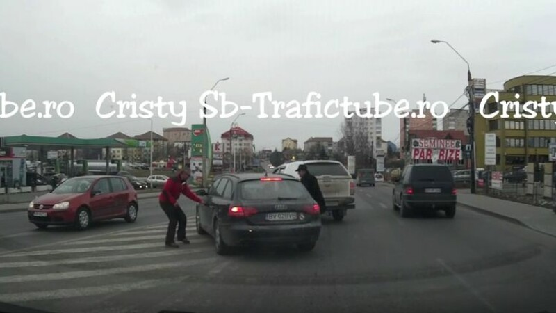 Un sofer a fost filmat in timp ce loveste cu pumnii o masina si ii rupe oglinda, in trafic. Cine este agresorul. VIDEO