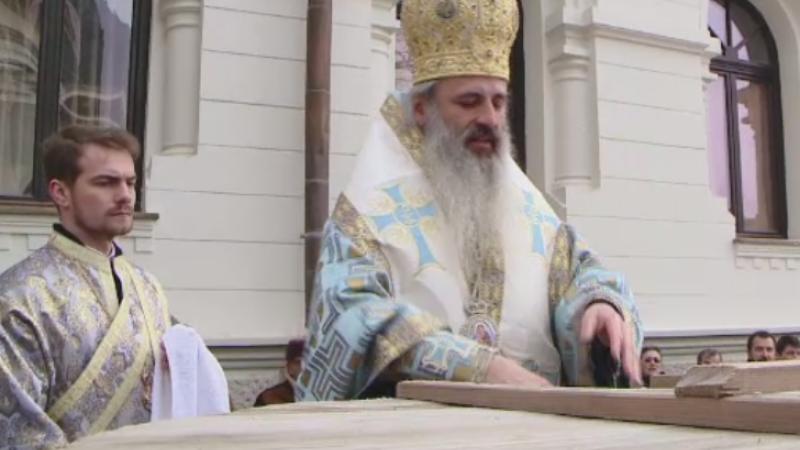 Mii de oameni au stat in ger la Patriarhie, pentru a lua apa sfintita. Politicianul care s-a fotografiat la slujba