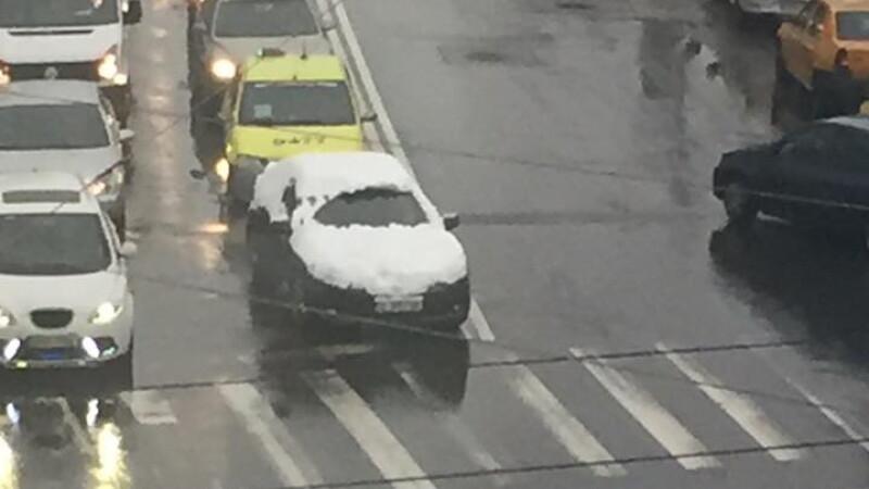 Culmea nepasarii, in traficul din Bucuresti. Un sofer, surprins circuland cu masina acoperita aproape complet de zapada