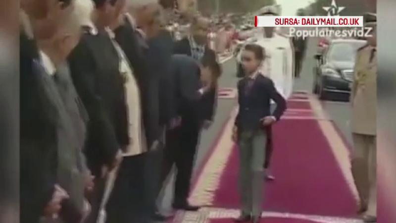 Are 12 ani si este printul Marocului. Ce se intampla in momentul in care demnitarii incearca sa-i sarute mana