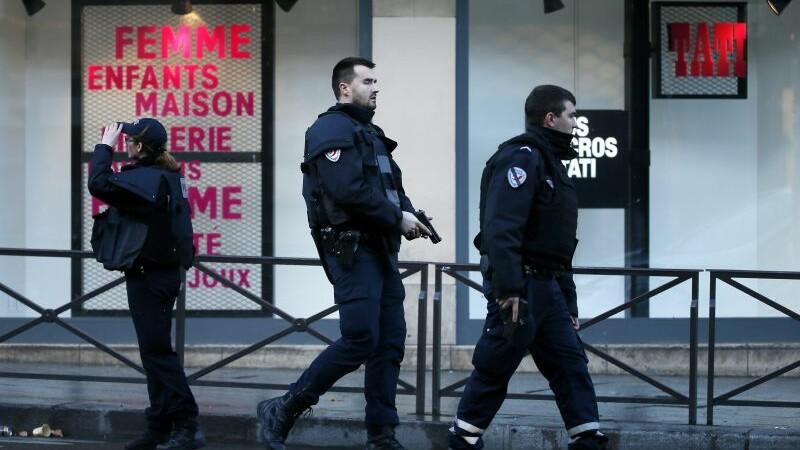 Barbatul inarmat cu un cutit, impuscat mortal in fata unei sectii de politie din Paris, identificat. Ce avea in buzunare