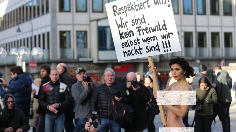 Protest inedit in fata catedralei din Koln. Motivul pentru care o tanara s-a dezbracat complet in fata oamenilor