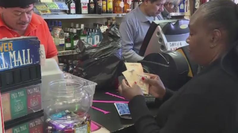 Premiul cel mare al loteriei americane, de 1,3 mld dolari, a atins un record mondial. Ce spun oamenii ca ar face cu banii