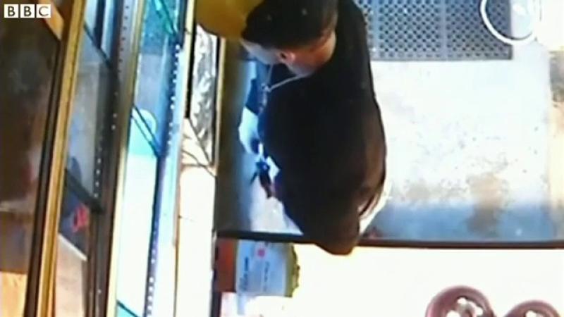 A furat un piton lung de aproape un metru si l-a ascuns in pantaloni. Este incredibil ce s-a intamplat in momentele urmatoare