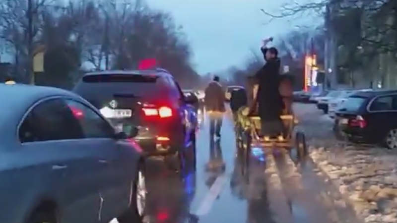 Imagini incredibile, in Constanta, de Boboteaza. Ce le-a facut soferilor acest preot, escortat de o masina a Politiei. VIDEO