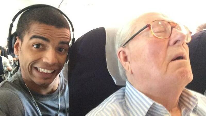 Si-a facut un selfie cu un pasager din avion. Motivul pentru care tanarul a fost dat in judecata pentru aceasta imagine