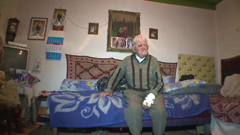 Patru hoti au intrat noaptea, in casa, peste doi batrani si le-au furat banii de inmormantare.
