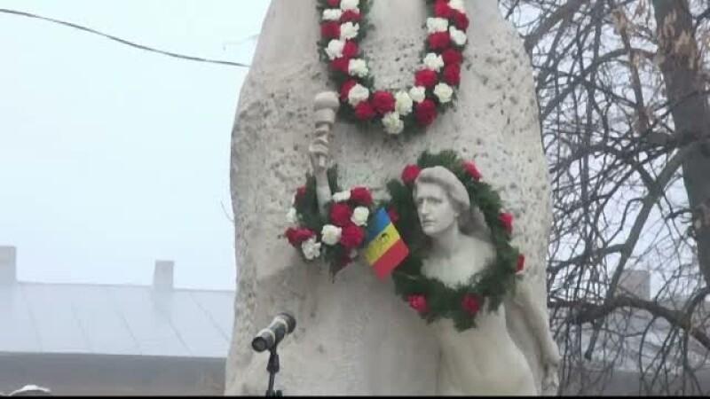 Solutia gasita de autoritatile din Galati pentru ca mana de la statuia lui Mihai Eminescu sa nu mai fie furata