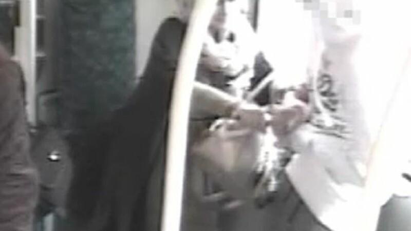 Momentul in care o femeie a vrut sa injunghie un tanar de 15 ani a fost suprins de camere. Cine l-a salvat de la moarte
