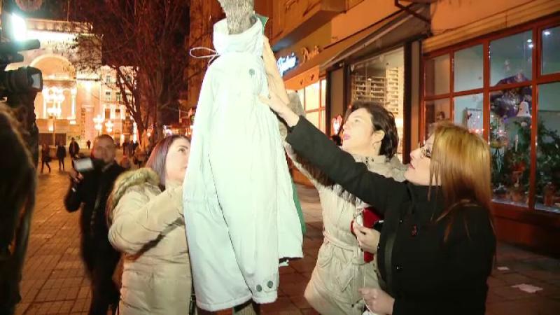 Inspirati de bulgari, timisorenii au imbracat si ei copacii din oras. Reactia oamenilor strazii cand au vazut hainele