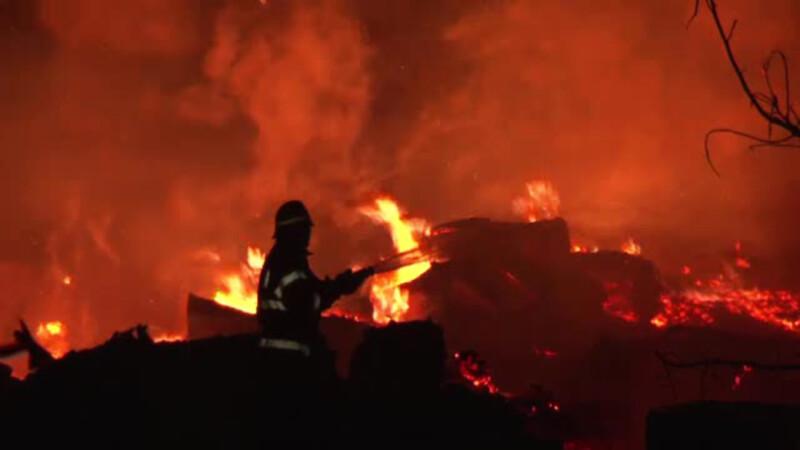 Incendiu urias, la un depozit de cherestea din Neamt. Flacarile s-au vazut de la 10 kilometri