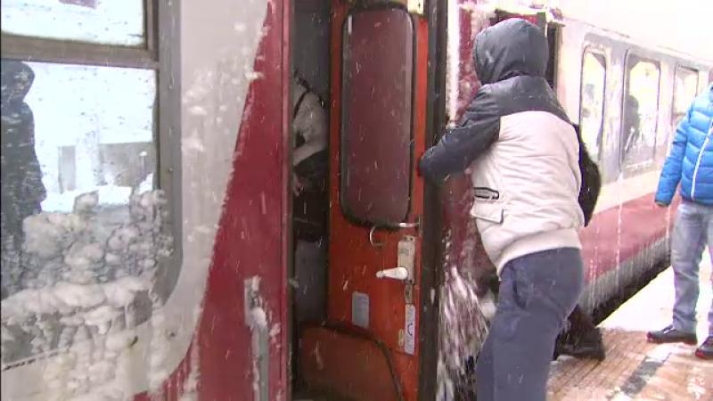 Calatorii inghetati bocna in gari au aplaudat intarzierea de peste 3 ore a trenului. Socul trait de doua studente coreene