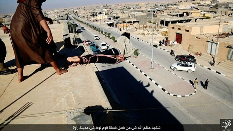 ISIS a difuzat imagini cu executia unui barbat homosexual in fata a zeci de oameni. Modul socant in care au ales sa-l ucida