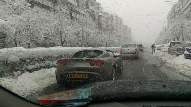 Aroganta in traficul din Ploiesti. Un sofer s-a plimbat cu masina decapotata, la -2 grade, pe ninsoare. FOTO