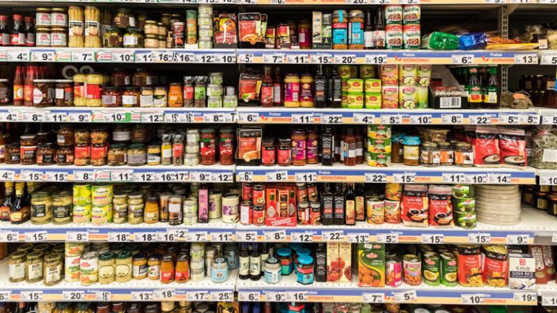 Alimentele romanesti s-ar putea scumpi cu aproape o treime. Producatorii dau vina pe noua lege a ambalajelor