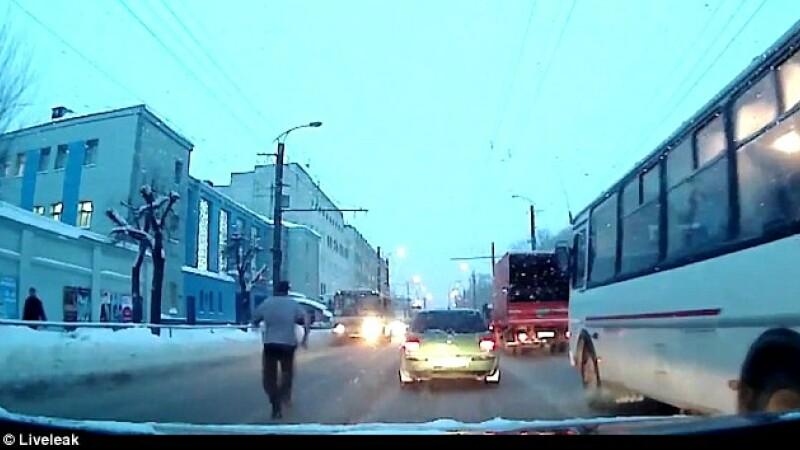 Tentativa de sinucidere, filmata pe o strada. Ce s-a intamplat dupa ce un barbat s-a aruncat in fata unui autobuz. VIDEO