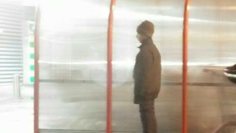 Sta sub un pod cu bunica si sora lui, e necajit si tremura de frig. Ce face acest copil de 12 ani intr-o parcare din Capitala