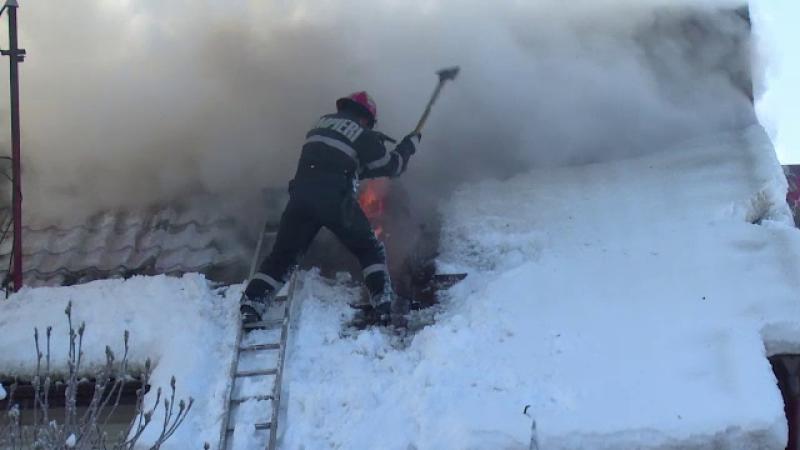 O familie din Arges a ramas fara casa, pe un ger cumplit, dupa un incendiu puternic. Proprietarei i s-a facut rau de suparare
