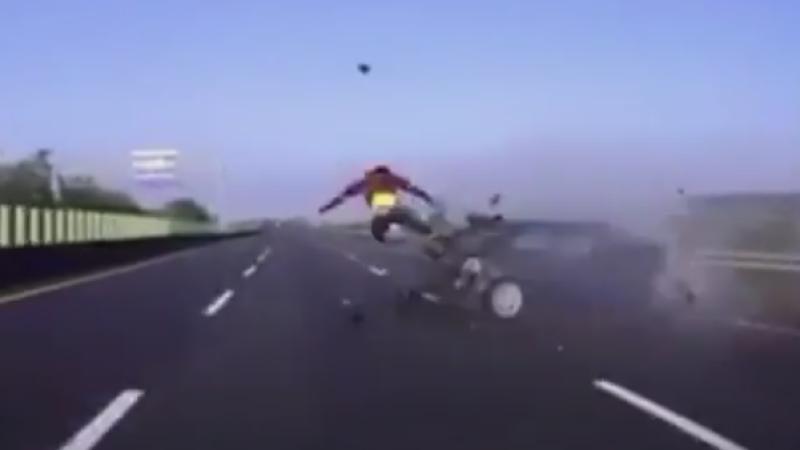 Grav accident filmat pe autostrada. Soferul a murit dupa ce a fost proiectat prin geam, pe asfalt. VIDEO